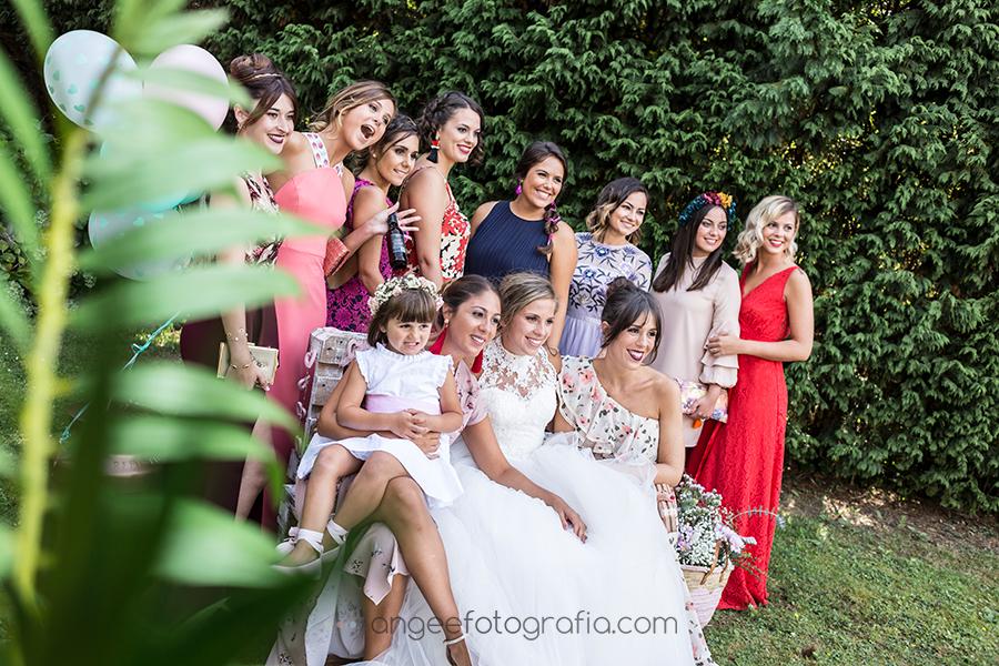 Fotos de amigas en la Boda de Raquel y Jorge en Navia por Angela Gonzalez Fotografía