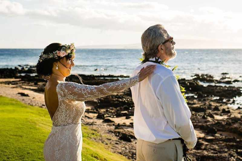 brides first look with her dad