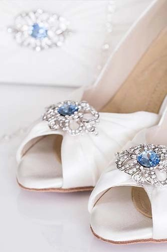 Ginger shoe with antique blue brooch