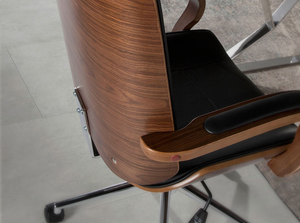 es sillon de oficina con reposabrazos tapizados en polipiel en office armchair upholstered in black leatherette fr fauteuil de bureau rembourre