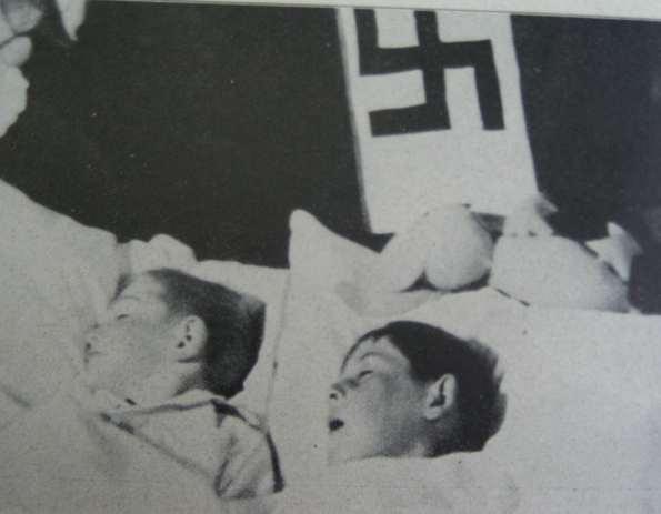 Niños durmiendo en un hogar de Lebensborn