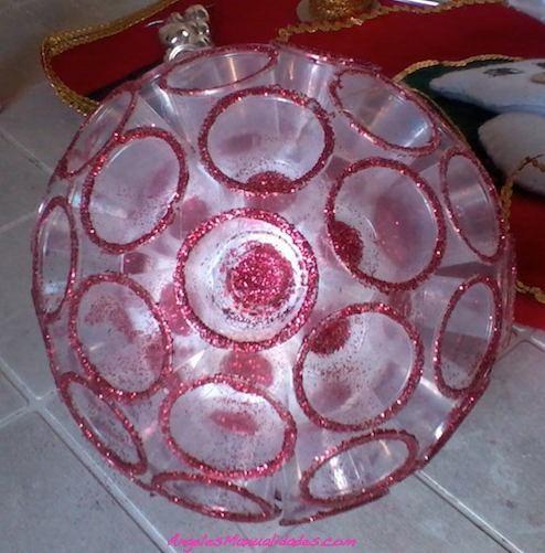 Esfera navideña con vasos plásticos
