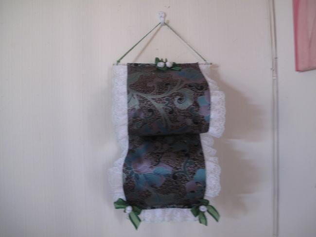 Porta papel higiénico hecho de tela, para decorar tu baño.