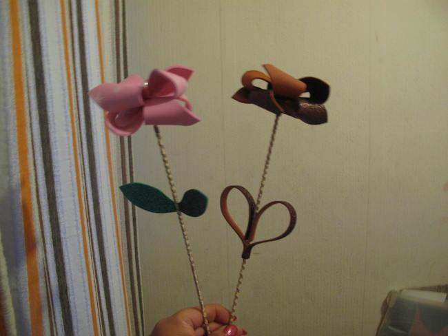 Flores de goma eva decorativas y rústicas además del molde para hacerlas.