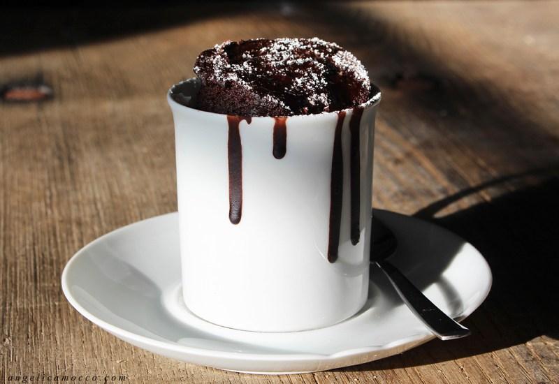 Mug cake al cacao senza glutine, latte e burro