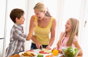 familia-feliz-comiendo