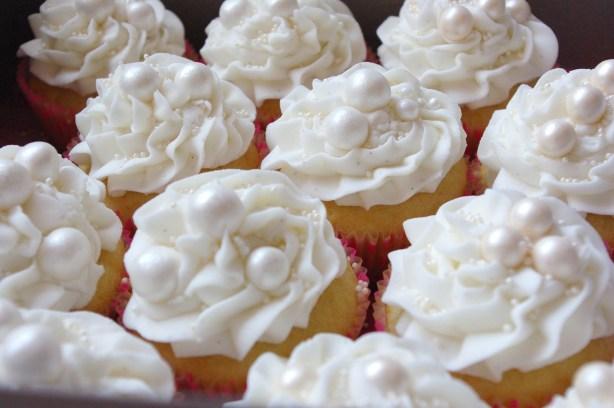 vanilla cupcakes, vanilla butter icing, sugarpaste pearls