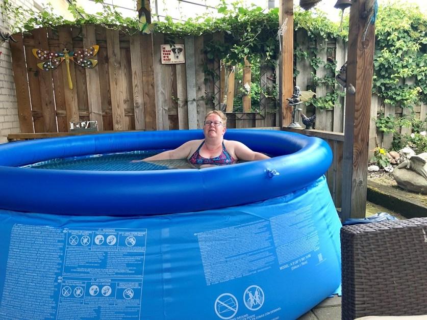Yes in het zwembad