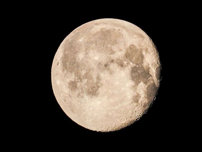 Tips To Photograph The Moon