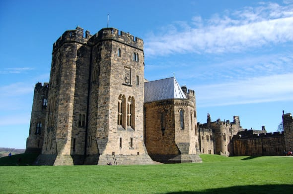 Alnwick_Castle_state_rooms_exterior,_2010
