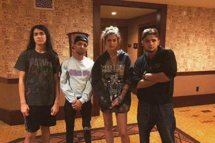 Filhos de Michael Jackson posam juntos em foto rara de família