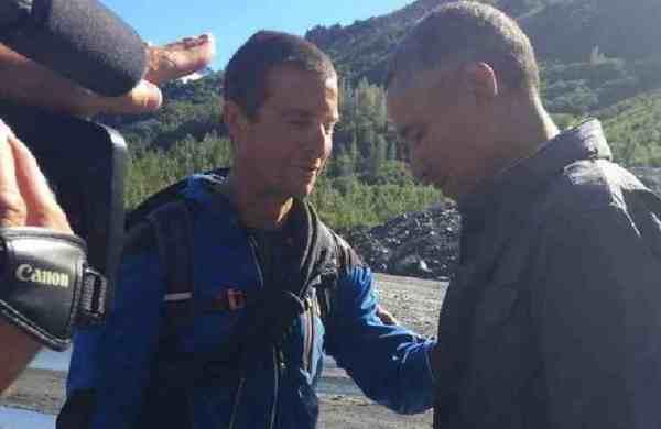 Bear Grylls prie avec le président Obama pendant leur ...