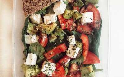 Sałatka z serem feta, awokado i pomidorem