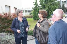 Mechtild Ronge, Leiterin des Berufsbildungswerks führte Anja Butschkau über das Gelände des Berufsbildungswerks