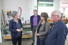 Mechtild Ronge zeigte den Gästen auch die Tischlerei des Berufsbildungswerks.