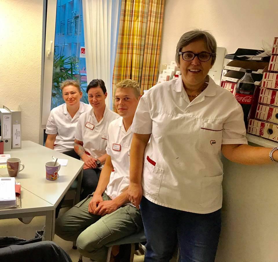 Anja Butschkau mit Pflegekräften bei einem Praktikum im Minna-Sattler-Seniorenzentrum der AWO Westliches Westfalen in Dortmund