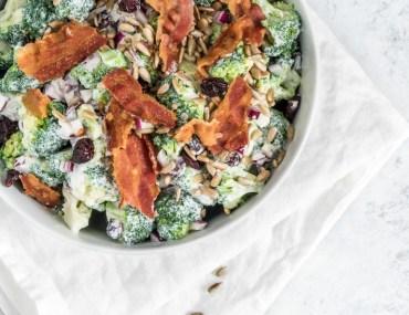Broccolisalat | Opskrift på nem og klassisk salat med broccoli med rødløg, tranebær, solsikkekerner, bacon og ymer