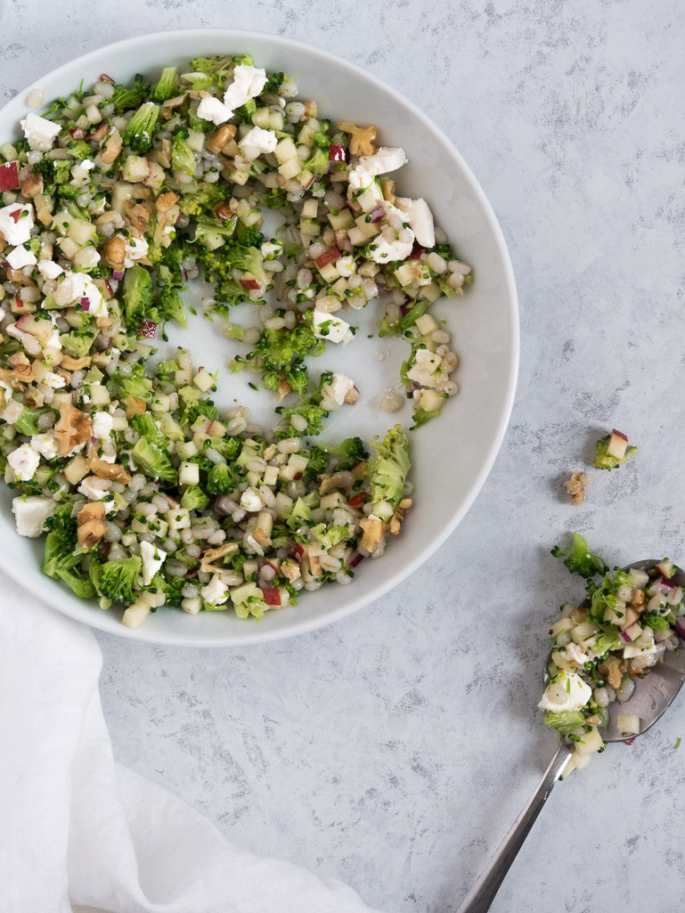 Perlebygsalat med broccoli, æble og valnødder