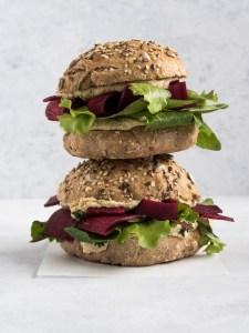Sandwichboller med hummus, feta og rødbede