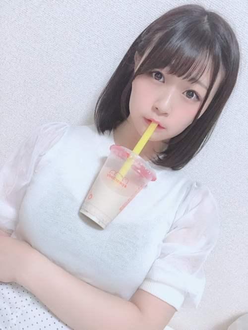 Chicas en Japón sostienen sus bebidas con los pechos en una nueva moda