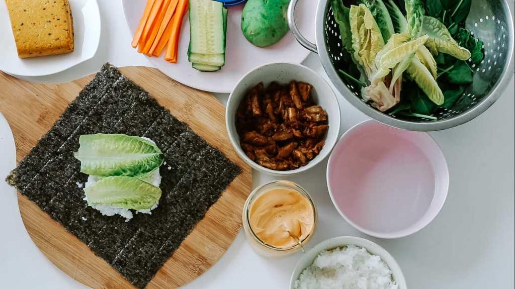 sushi sandwich mit salat belegen