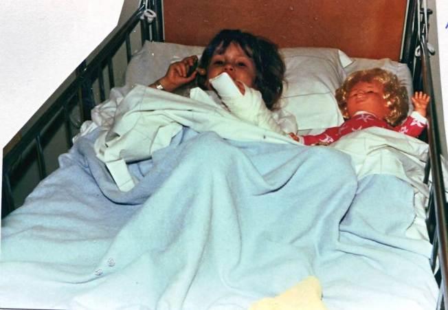 Bild på Anna som barn på sjukhuset