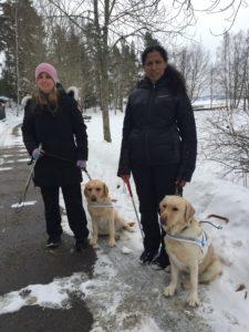 Anna och mariah med sina ledarhundar i snön.