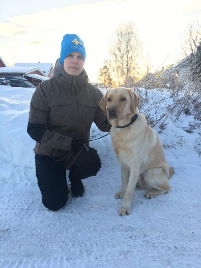Ida med sin nya ledarhund, en gul labrador.