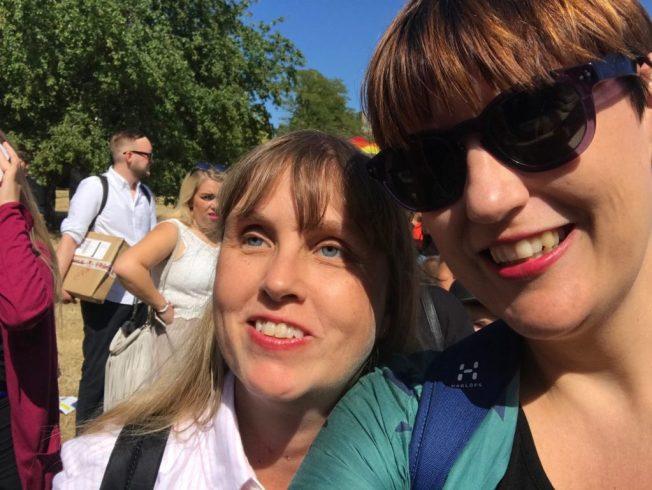 Foto på Anna och hennes samarbetspartner Åsa Gustafsson redo att gå Mångfaldsparaden i Almedalen