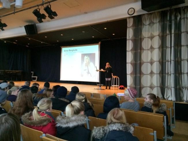 Jag på en stor scen i en stor aula med mycket publik.