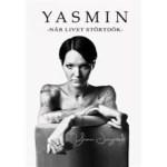 Bokomslag: Yasmin - När livet störtdök. Omslaget ör i svartvitt. Vit bakgrund, svart text. Yasmin sitter på en bakåtvänd stol med ryggstödet som skymmer halva överkroppen. Yasmin sitter utan tröja och armarna visas längst fram mot kameran med tatueringar. Yasmin har en allvarlig blick och kortklippt pagefrisyr, mörkt hår.