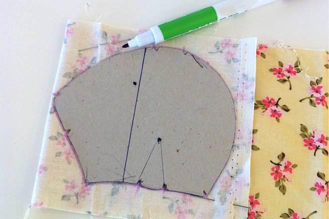 Ritagliate i contorni del cartamodello con la taglierina