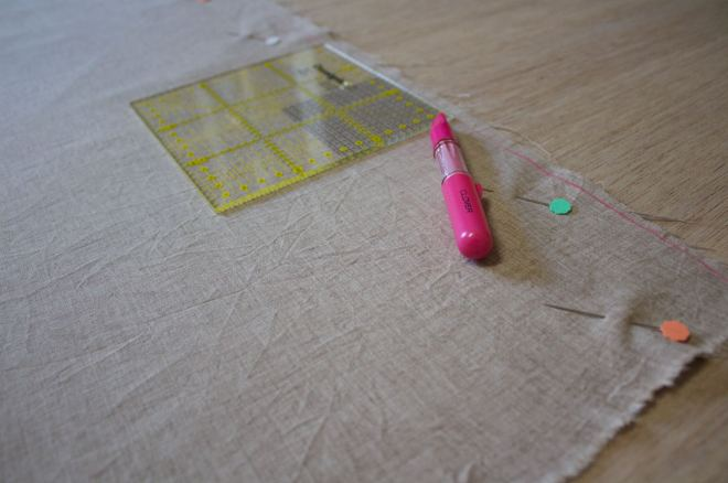 Pareggiate il lato corrispondente all'altezza del tessuto con una penna gessetto