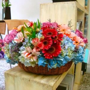 Canasta de flores rústica