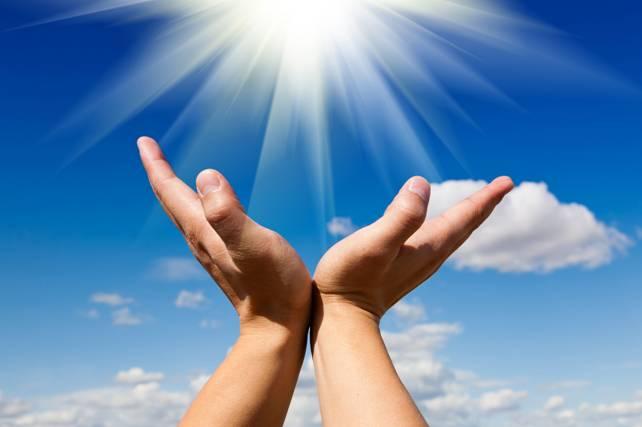 mani al cielo, mani aperte per donare