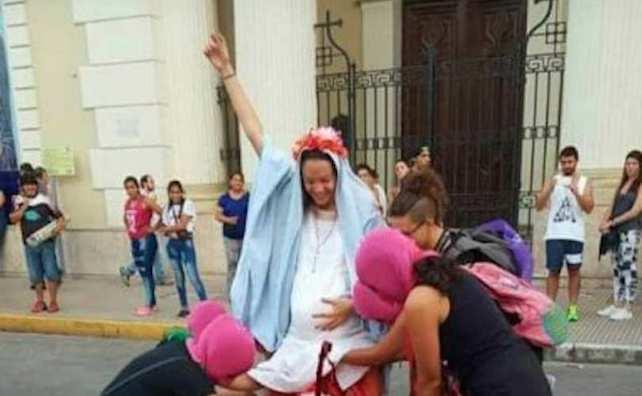 femministe danno scandalo in argentina e cercano di bruciare la cattedrale