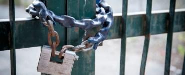 il lucchetto dei propri interessi che tiene chiuso il cancello per accedere in paradiso