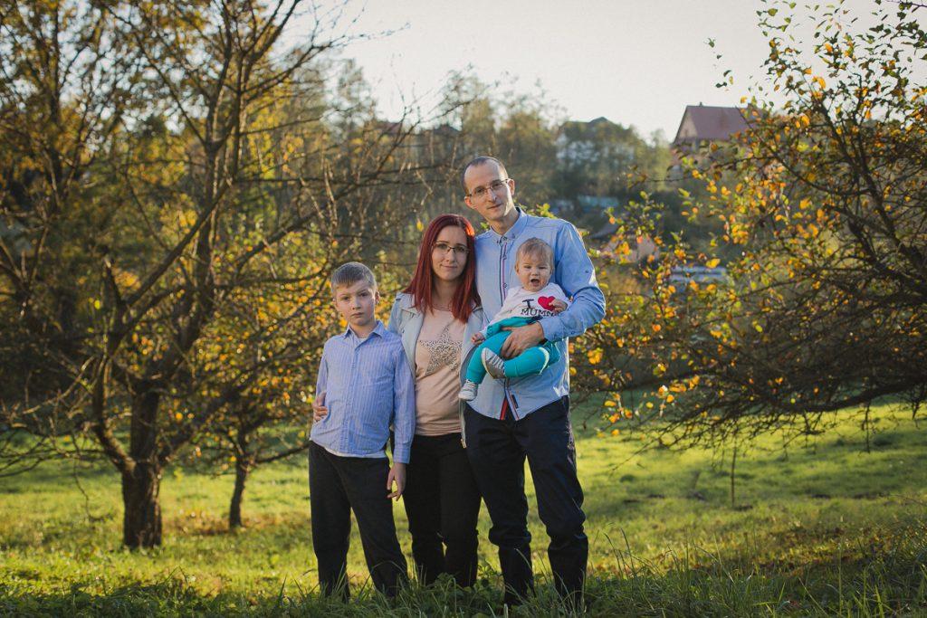 rodzinny portret w plenerze jesienią