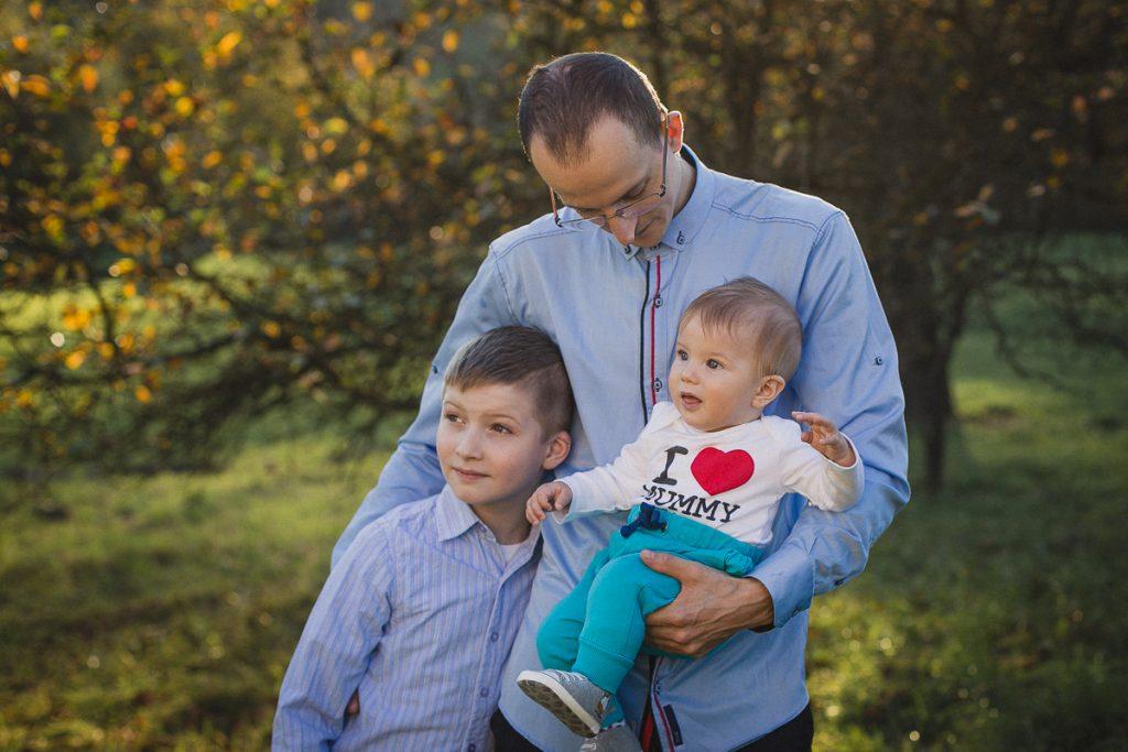 ojciec z synami sesja rodzinna plener jesienny