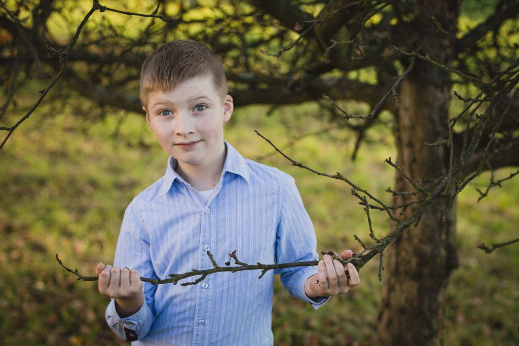 chłopiec przy drzewie sesja dziecięca