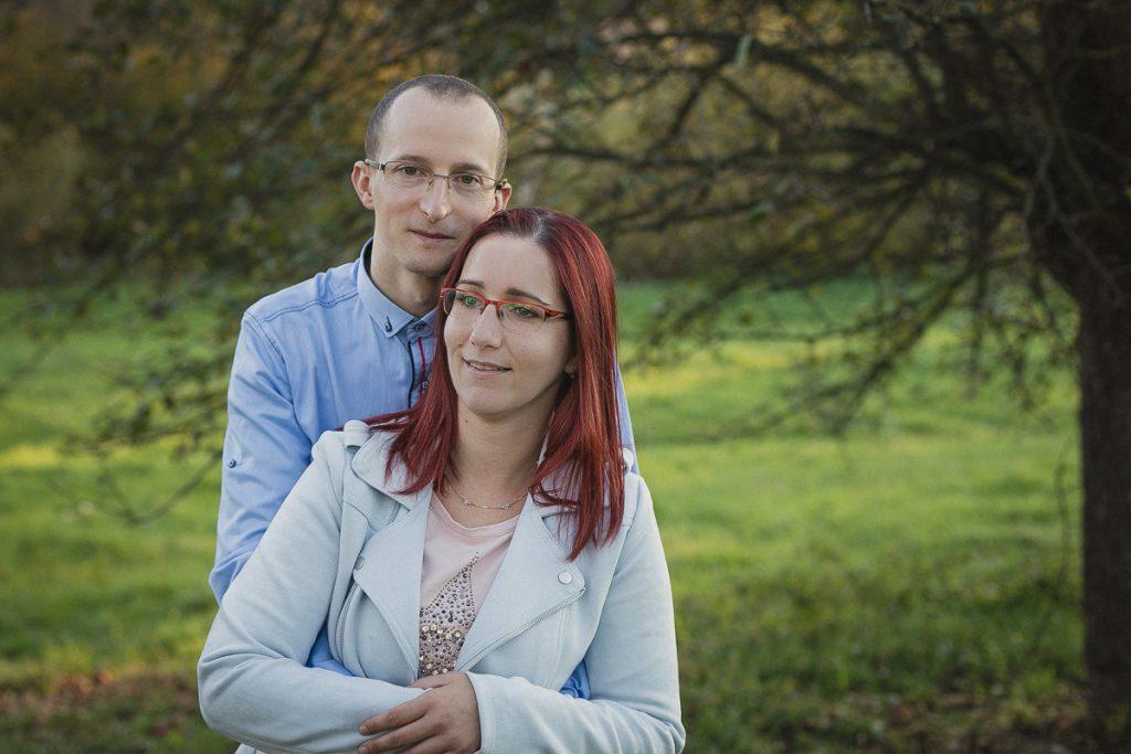 portret pary na łące sesja