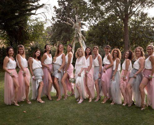 photo de groupe de la mariée et ses demoiselles d'honneur, mariage au domaine et compagnie aix en provence