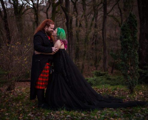 photo de couple mariage original d'hiver sur le thème manga au pavillon de chasse du roy rêne