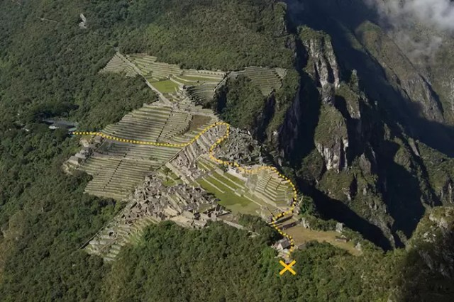 The route/way to the entrance of wayna picchu and the checkpoint where you have to show your tickets