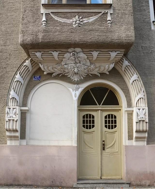 Art Nouveau door Ainmillerstrasse 20 in Munich, Schwabing