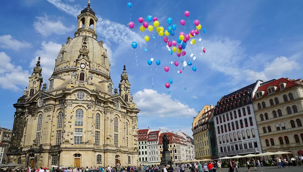 The Frauenkirche in Dresden in bright daylight with ballons