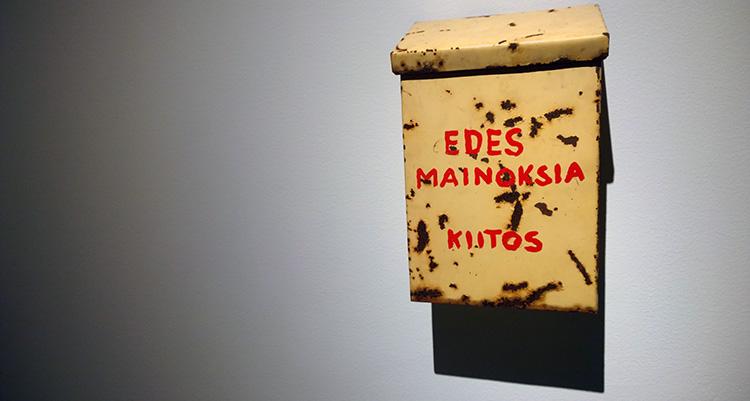 """Kuvanveistäjä Kari Cavénin teos vuodelta 2011: """"Edes mainoksia, kiitos"""""""