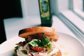 Glutenvrij brood met tonijnsalade en tomaat