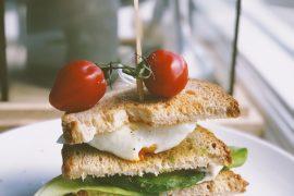 Glutenvrije sandwich toren met gepocheerd ei