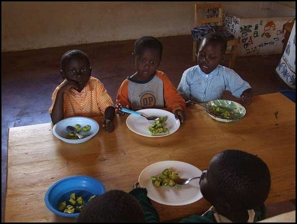 school lunces around the world/Kenya childrens school lunch